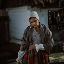 Film kanału Szparagi, skansen w Sierpcu, kobieta w stroju ludowym niesie wodę