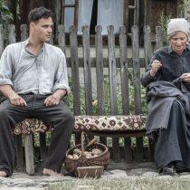 Stulecie Winnych, skansen w Sierpcu, fot. H.KOMERSKI, scena przed chałupą, starsza kobieta i mężczyzna na ławce, rozmowa