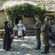 Stulecie Winnych, skansen w Sierpcu, fot. H.KOMERSKI, przed chałupą, żołnierze i gospodarze
