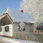 Zima, wiejska droga, bogata chałupa, drewniany płot - Muzeum Wsi Mazowieckiej w Sierpcu