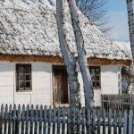 Zima, drewniana chałupa, zaśnieżona strzecha - Muzeum Wsi Mazowieckiej w Sierpcu