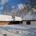 Chałupa z Zawad, śnieg, w tle obora - Muzeum Wsi Mazowieckiej w Sierpcu
