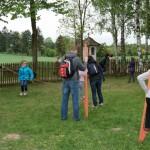 Gotowanie na polanie w skansenie w Sierpcu 2012 - zwiedzający uczą się chodzić na szczudłach