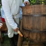 Miodobranie w skansenie w Sierpcu 2012 - mężczyzna w stroju ludowym przy miodarce