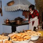 """Wystawa """"Boże Narodzenie na Mazowszu"""" 2012, skansen w Sierpcu - w chałupie, pokaz przygotowywania potraw wigilijnych"""