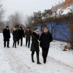 """Wystawa """"Boże Narodzenie na Mazowszu"""" 2012, skansen w Sierpcu - uczestnicy zwiedzają wystawę"""