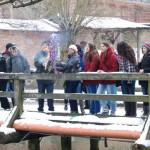 Powitanie wiosny 2013, skansen w Sierpcu - na moście uczestnicy uczestniczą w obrzędzie topienia Marzanny