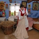 Majówka 2013, skansen w Sierpcu - kobieta w stroju ludowym wypycha siennik słomą