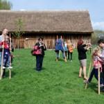 Majówka 2013, skansen w Sierpcu - grupa ludzi, chodzą na szczudłach