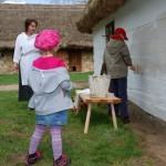 Majówka 2013, skansen w Sierpcu - dzieci malują chałupę wiejską wapnem