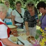 Miodobranie 2013, skansen w Sierpcu - zwiedzający jedzą chleb z miodem