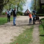 Gry i zabawy wielkanocne 2014, skansen w Sierpcu - zawodu w toczeniu jaj z górki