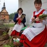 Niedziela Palmowa 2014, skansen w Sierpcu - kobiety w strojach ludowych wykonują palmy