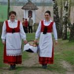 Niedziela Palmowa 2014, skansen w Sierpcu - kobiety w strojach ludowych niosą kosz ze święconym