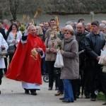 Niedziela Palmowa 2014, skansen w Sierpcu - wierni przed kościołem, święcenie palm