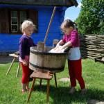Dzień Dziecka 2014, skansen w Sierpcu - dzieci uczą się prać na tarze na podwórzu jednej z chałup