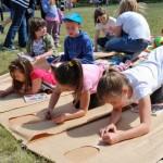 Dzień Dziecka 2014, skansen w Sierpcu - dzieci na polanie, uczestniczą w konkursie rysunkowym