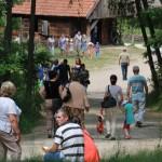 Miodobranie 2014, skansen w Sierpcu - widok ogólny, zwiedzający na drodze do karczmy