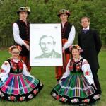 Majówka 2014, skansen w Sierpcu - zdjęcie grupowe, zespół ludowy z Oskarem Kolbergiem
