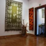 """Wystawa """"Kilimy, gobeliny..."""" w Ratuszu w Sierpcu - fragment wystawy, gobeliny i motowidło"""