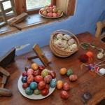 Kołatki i pisanki w chałupie w Czermnie