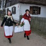 Niedziela Palmowa 2016, skansen w Sierpcu - kobiety w strojach ludowych idą ze święconką wiejską drogą