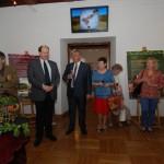 """Wystawa """"Puszta – węgierski bezkres"""", Ratusz w Sierpcu - uczestnicy wernisażu zwiedzają wystawę"""