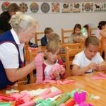 Pokaz wykonywania kwiatów z bibuły - Muzeum Wsi Mazowieckiej w Sierpcu
