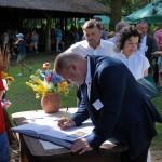 Dzień Integracji 2017, skansen w Sierpcu - na polanie, podpisanie umowy