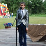 Dzień Integracji 2017, skansen w Sierpcu - jeden z uczestników śpiewa na scenie