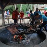 Dzień Integracji 2017, skansen w Sierpcu - ognisko, na ruszcie pieką się kiełbaski