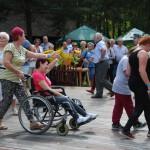 Dzień Integracji 2017, skansen w Sierpcu - uczestnicy tańczą wspólnie na scenie