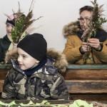 Niedziela Palmowa 2018, skansen w Sierpcu - w wiejskiej izbie lekcyjnej, dzieci uczą się wykonywać palmy wielkanocne