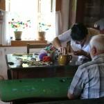 Uczestnicy imprezy wzięli udział w warsztatach wykonywania ozdób ze słomy, fot. A Rzeszotarska