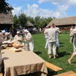 Zwiedzający skosztowac mogli potraw spozywanych dawniej podczas prac żniwnych, fot. A Rzeszotarska
