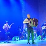 Koncert Marcina Wyrostka, sala widowiskowa Hotelu Skansen - na scenie Marcin Wyrostek z akordeonem