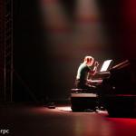 Koncert Marcina Wyrostka, sala widowiskowa Hotelu Skansen - na scenie pianistka