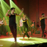 Koncert Marcina Wyrostka, sala widowiskowa Hotelu Skansen - troje tanczerzy wykonuje układ choreograficzny
