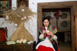 Izba wiejska, kobieta wykonuje ozdoby na snop - Skansen w Sierpcu