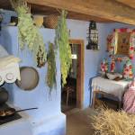 Wymiana słomy w siennikach, chałupa z Czermna  - Muzeum Wsi Mazowieckiej w Sierpcu