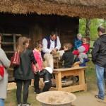 Majówka 2019, dzień drugi, skansen w Sierpcu - dzieci siedzą przy kole garncarskim