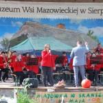 Majówka 2019, dzień drugi, skansen w Sierpcu - na scenie, koncert orkiestry dętej, śpiewa dziewczyna