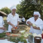 Wykopki 2019, skansen w Sierpcu - kobiety w strojach ludowych, pokaz kiszenia kapusty