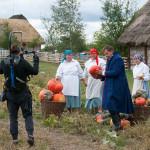 """Program """"Zakochaj się w Polsce"""", skansen w Sierpcu - prowadzący zbiera plony wraz z gospodyniami"""