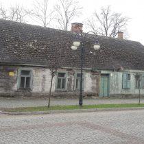 Zabytkowy budynek drewniany, zaniedbany dom Gołębiowskiego - muzeum w Bieżuniu