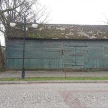 Zabytkowy budynek drewnianym, mocno zniszczony - muzeum w Bieżuniu