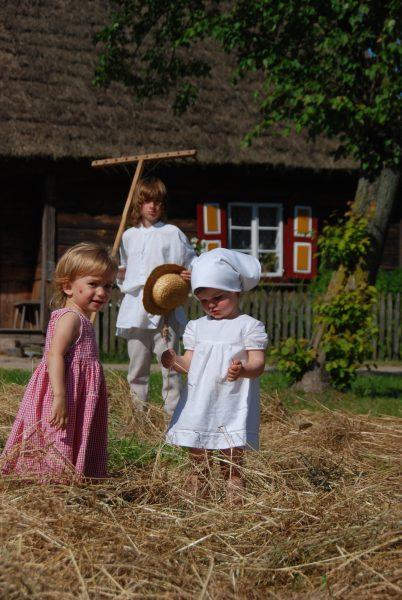 Dzieci bawiące się sianem - Skansen w Sierpcu