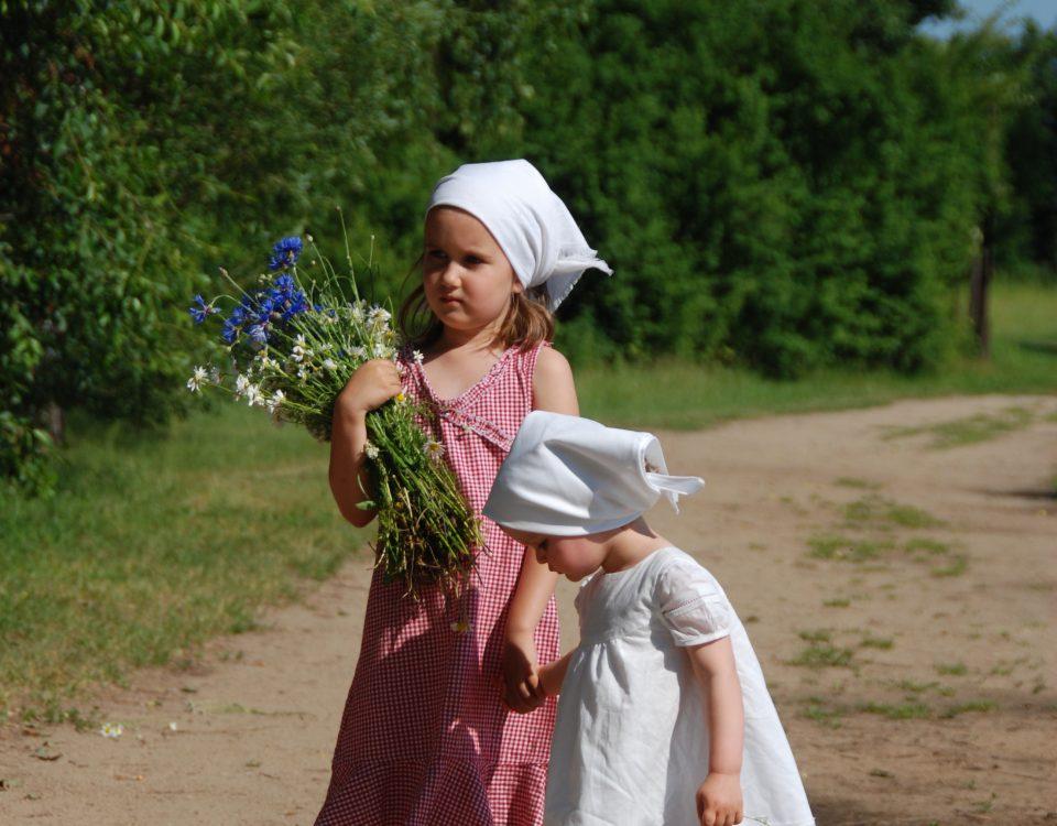 Dzieci trzymające kwiaty polne - Skansen w Sierpcu