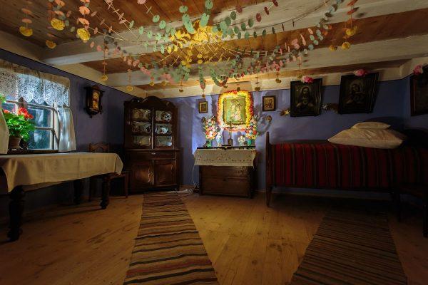 Izba wiejska, na wprost domowy ołtarzyk - Skansen w Sierpcu