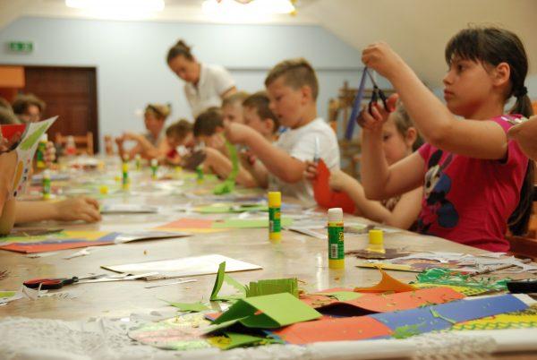 Sala edukacyjna, dzieci wycinają z kolorowego papieru - Skansen w Sierpcu